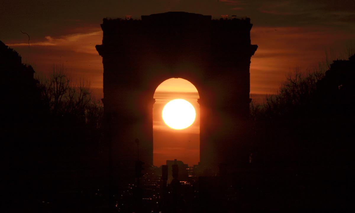 Lever du Soleil sous l'Arc de triomphe le 7février 2008