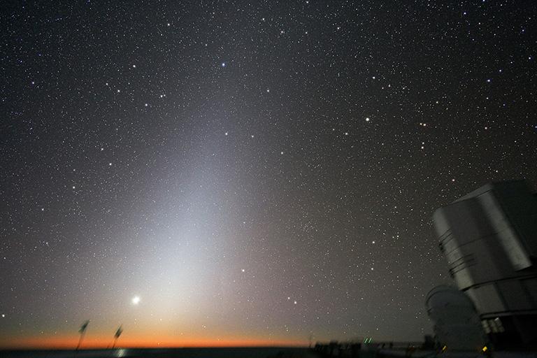 Lumière zodiacale dans le ciel de Paranal (Chili)