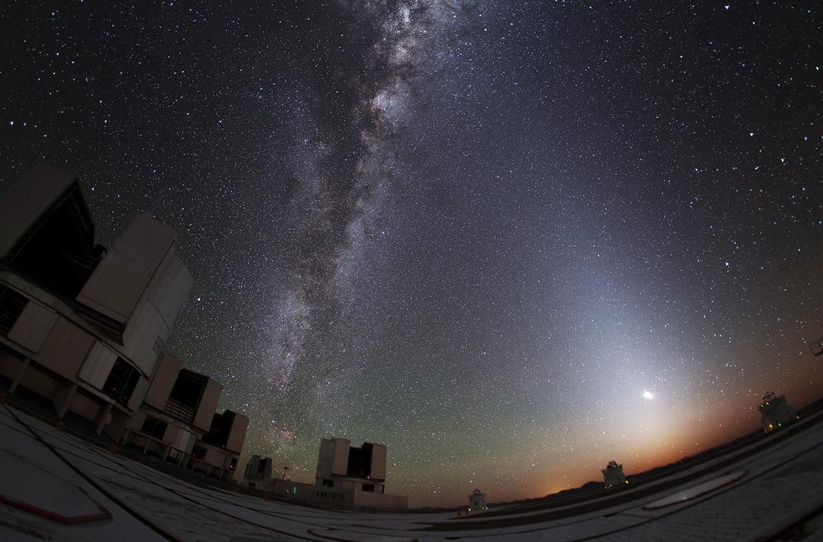 La lueur zodiacale éclaircit le ciel de Paranal (Chili)