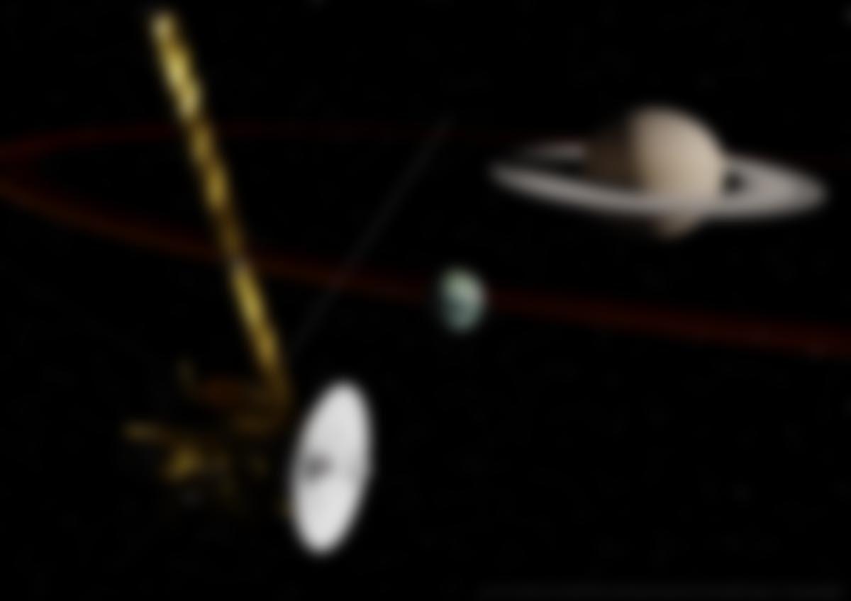 Vue d'artiste de la sonde Cassini lors d'un passage proche de Titan, avant son grand plongeon dans Saturne le 15septembre 2017.